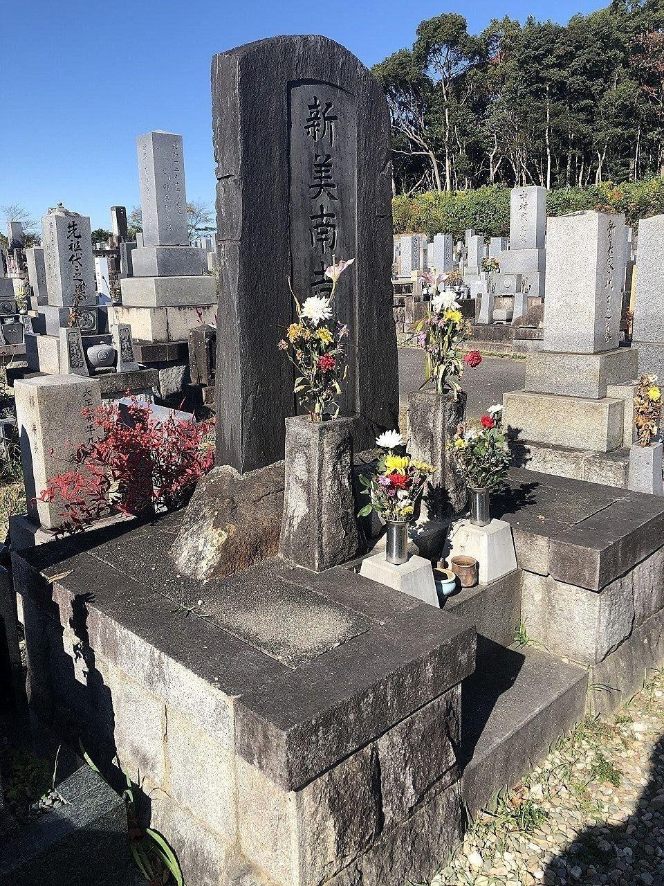 児童文学者新美南吉の墓は昭和35年に半田市柊町にある北谷墓地に建てられました。
