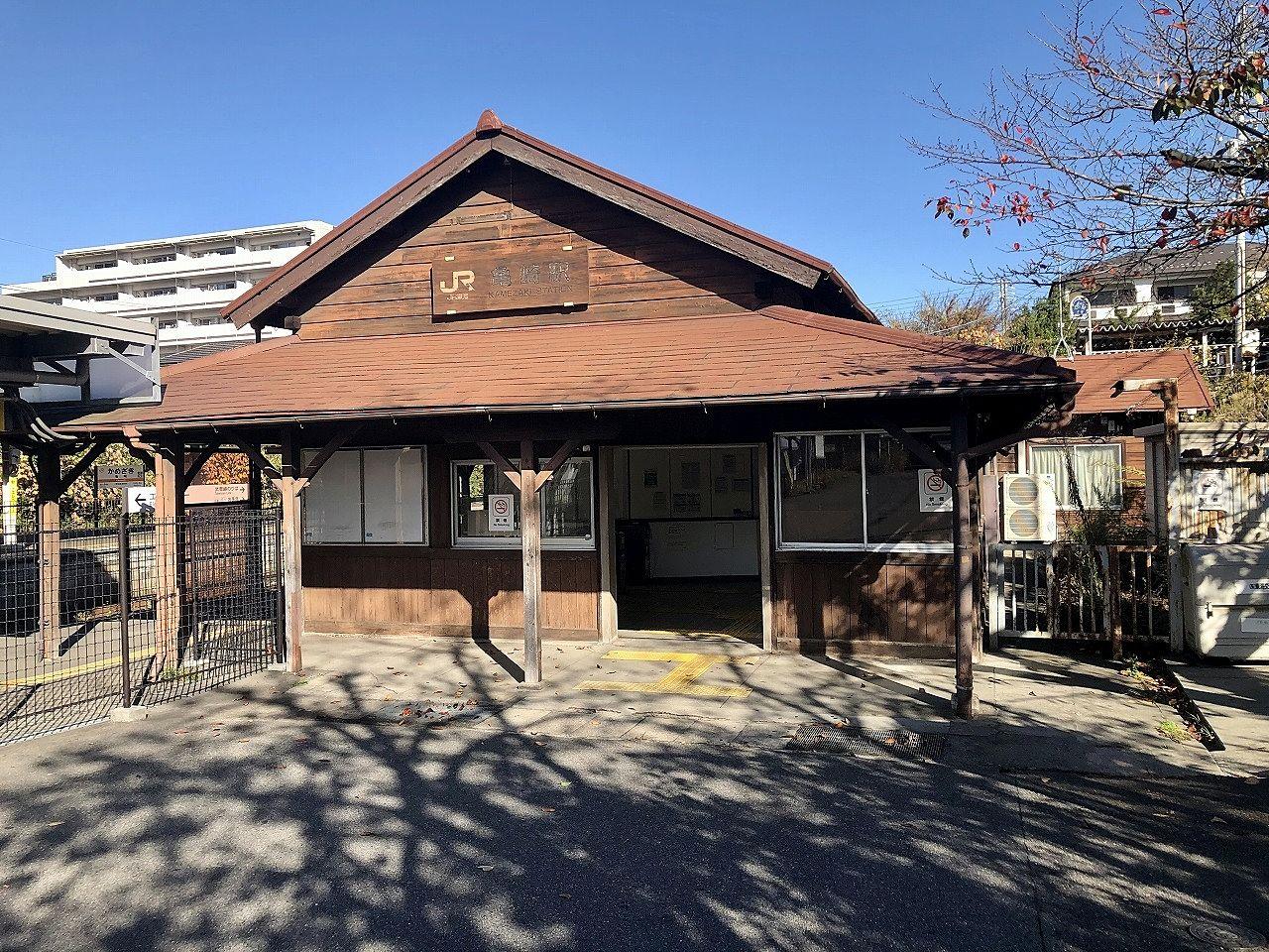 亀崎駅は、1886年に設立された愛知県初の歴史ある鉄道・武豊線において、同年に開業し、2020年現在の時点で127年の歴史を持つ駅のひとつです。