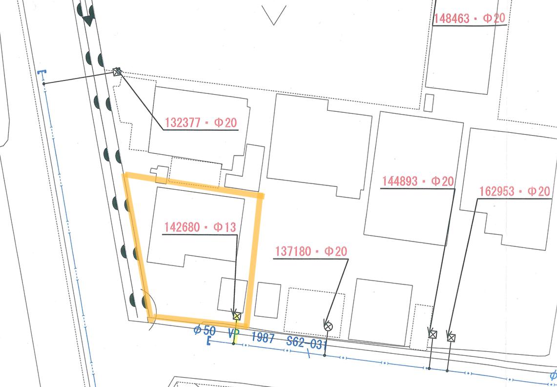 前面道路に50㎜の本管があり、敷地内の引込管は13㎜なのがわかります。
