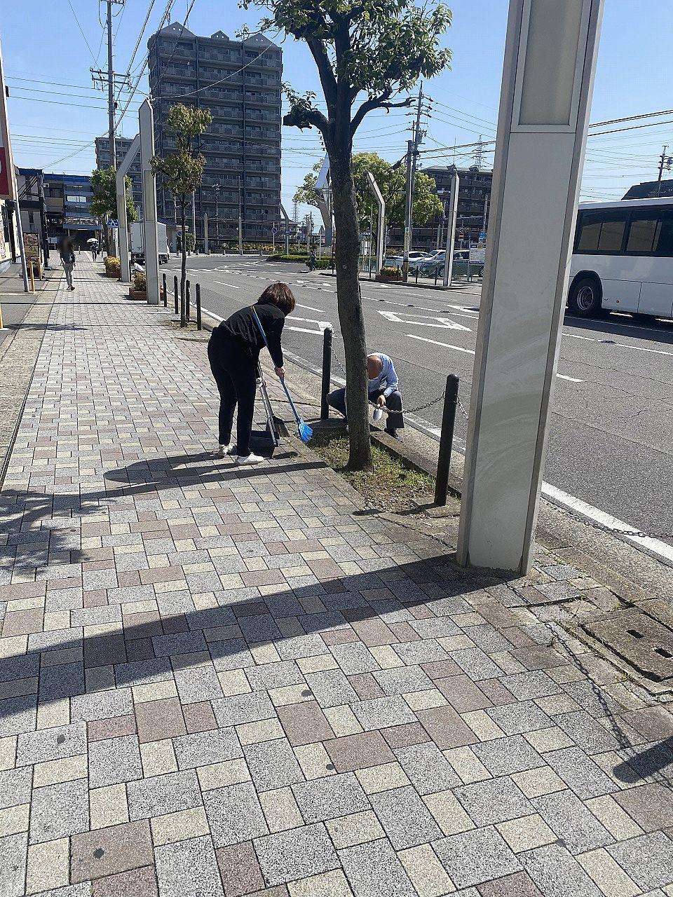 毎月の駅前歩道の掃除
