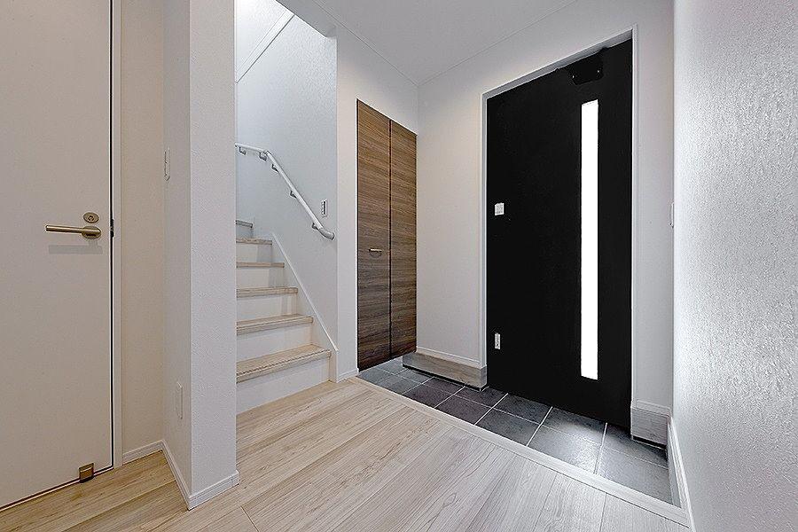 玄関横に2帖大の土間収納があります。靴だけでなく掃除道具も置けます。