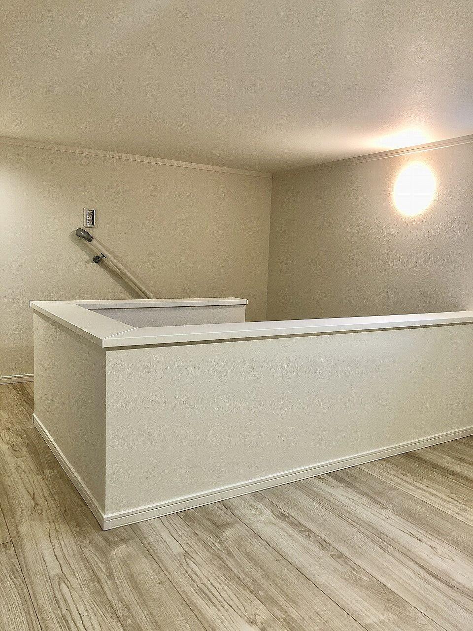 階段で上がれる4.2帖大の小屋裏収納があります。照明、換気扇もあり保存庫や倉庫代わりにも使えます。