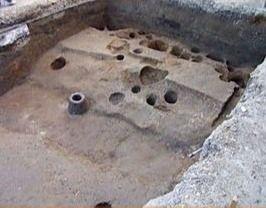 本丸に当たる現了雲院境内地の調査では、江戸時代の畑状遺構のさらに下層に戦国時代の遺構が残っており、現地表面から1m近く盛り土がれさていることが確認されました