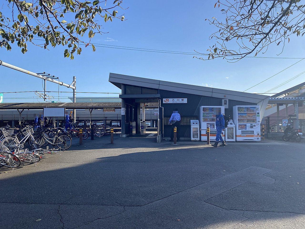 無人駅だが、自動券売機・自動改札機を整備した上で遠隔案内によって一括的に管理