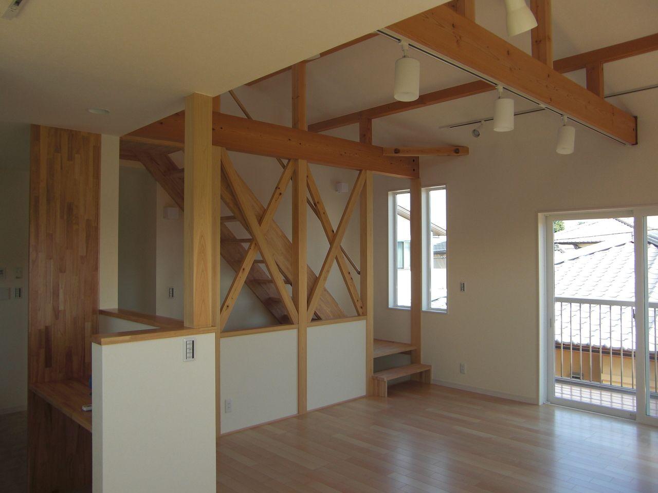 約15帖のリビングダイニングと約4.2帖のキッチンです。キッチン横には約1.8帖の食品庫があります。カウンターもありますので、家事室として使うこともできます。