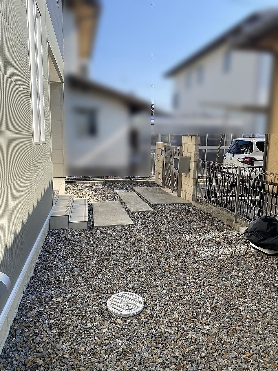 お庭部分と建物周辺は防犯対策も兼ねて砂利敷きです。