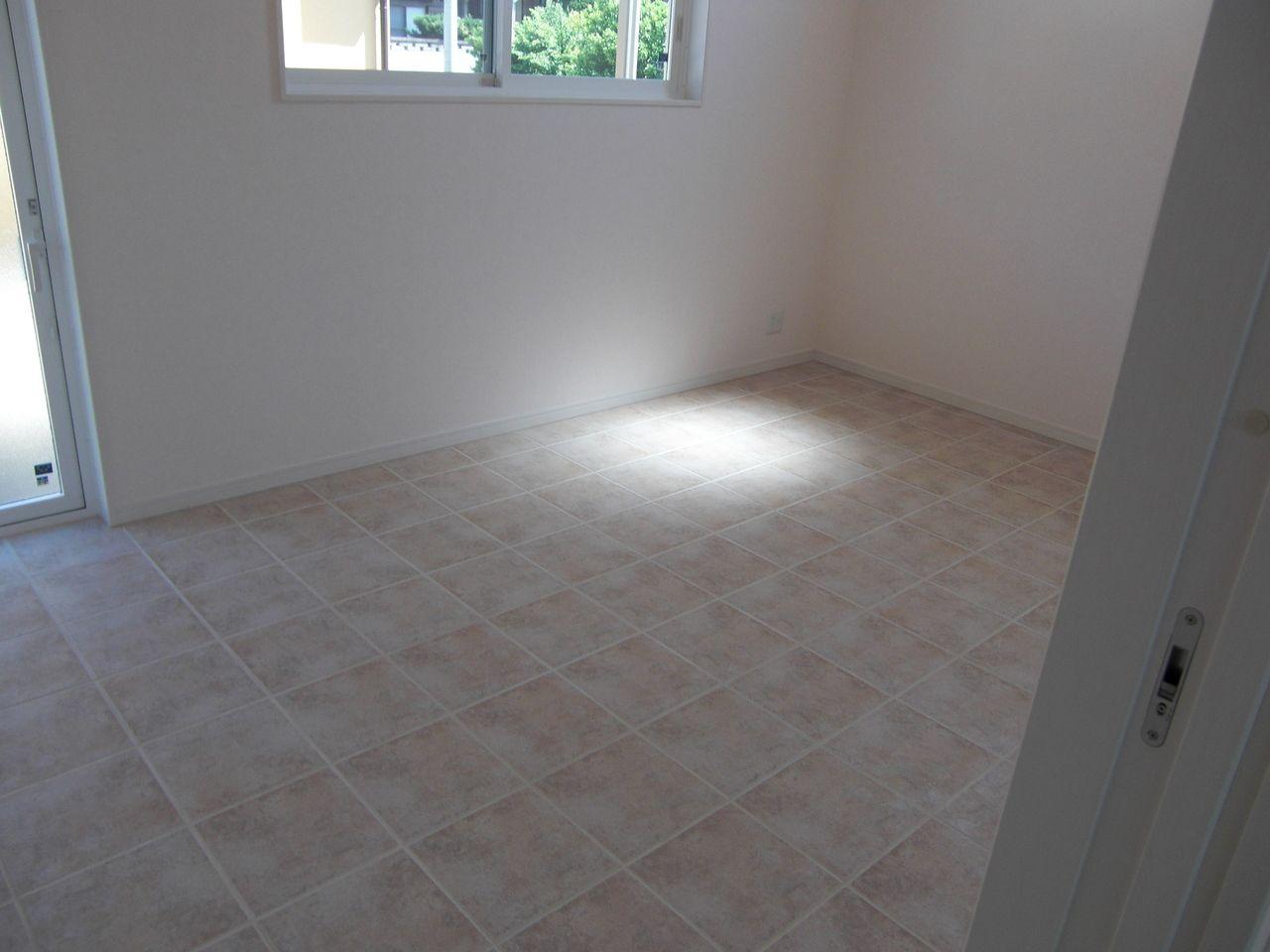 約8.2帖です。床暖房もあります。そして、このお部屋から外に出る扉もあります。