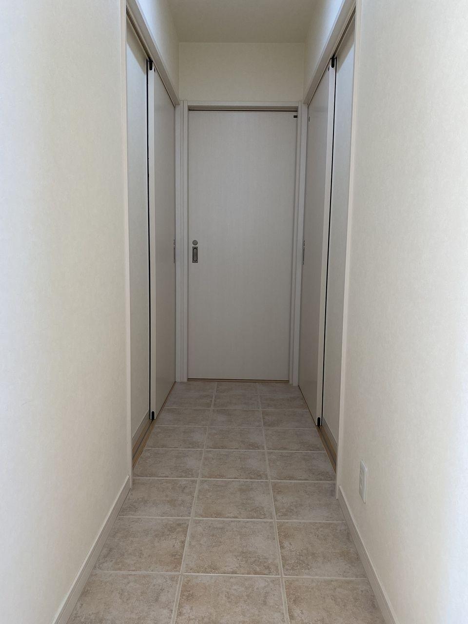 納戸へと続く廊下です。