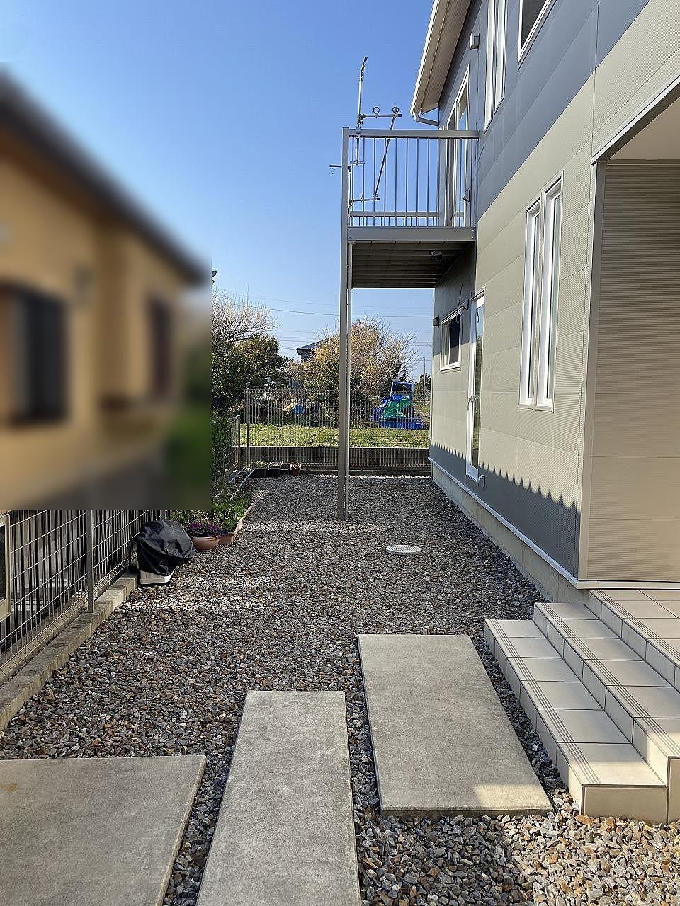 1F寝室の前にウッドデッキを計画していた為、外へ出入りできるドアがあります。