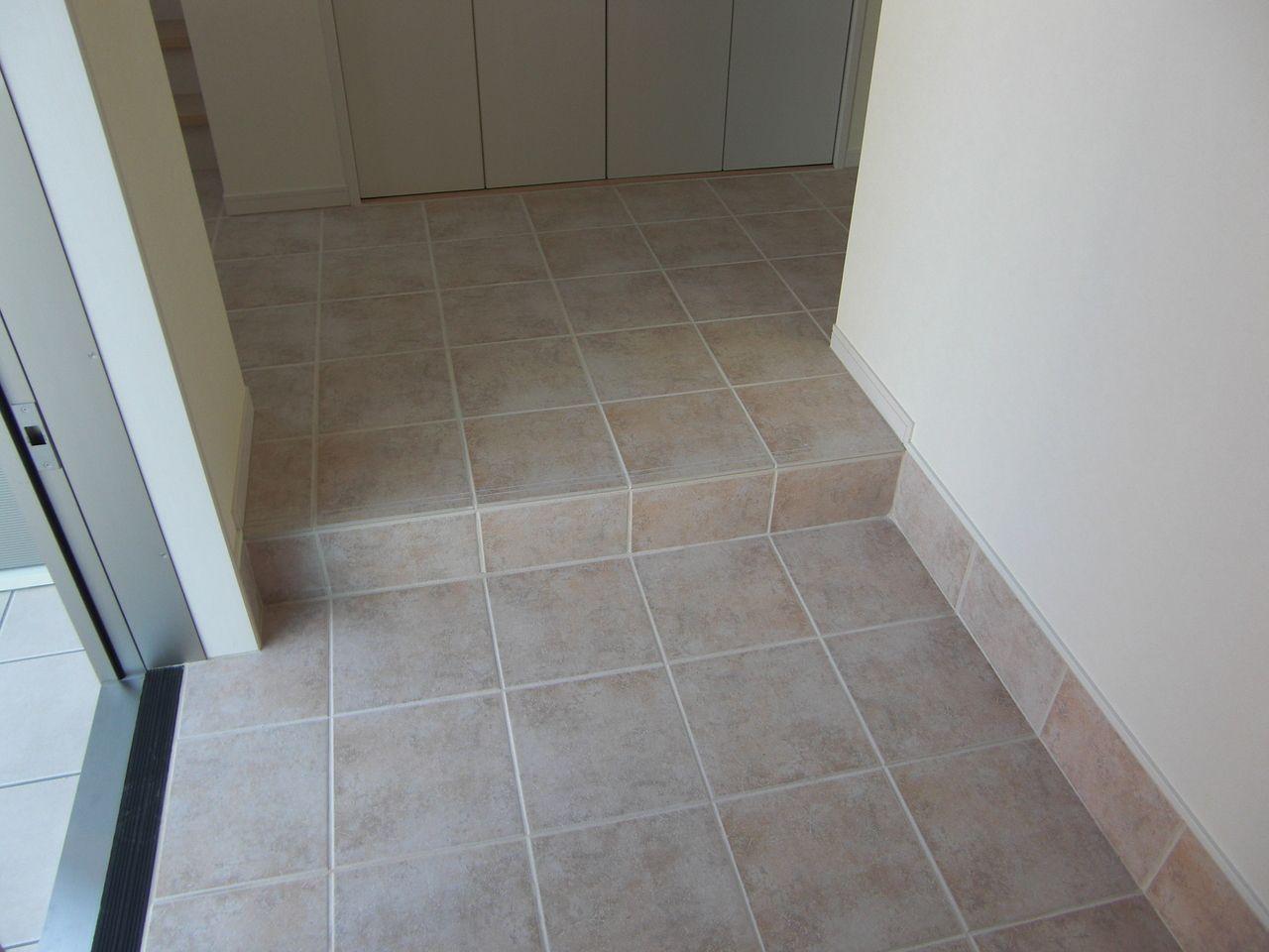 1Fは納戸以外はタイル貼りです。なんと、玄関にも床暖が入っています。