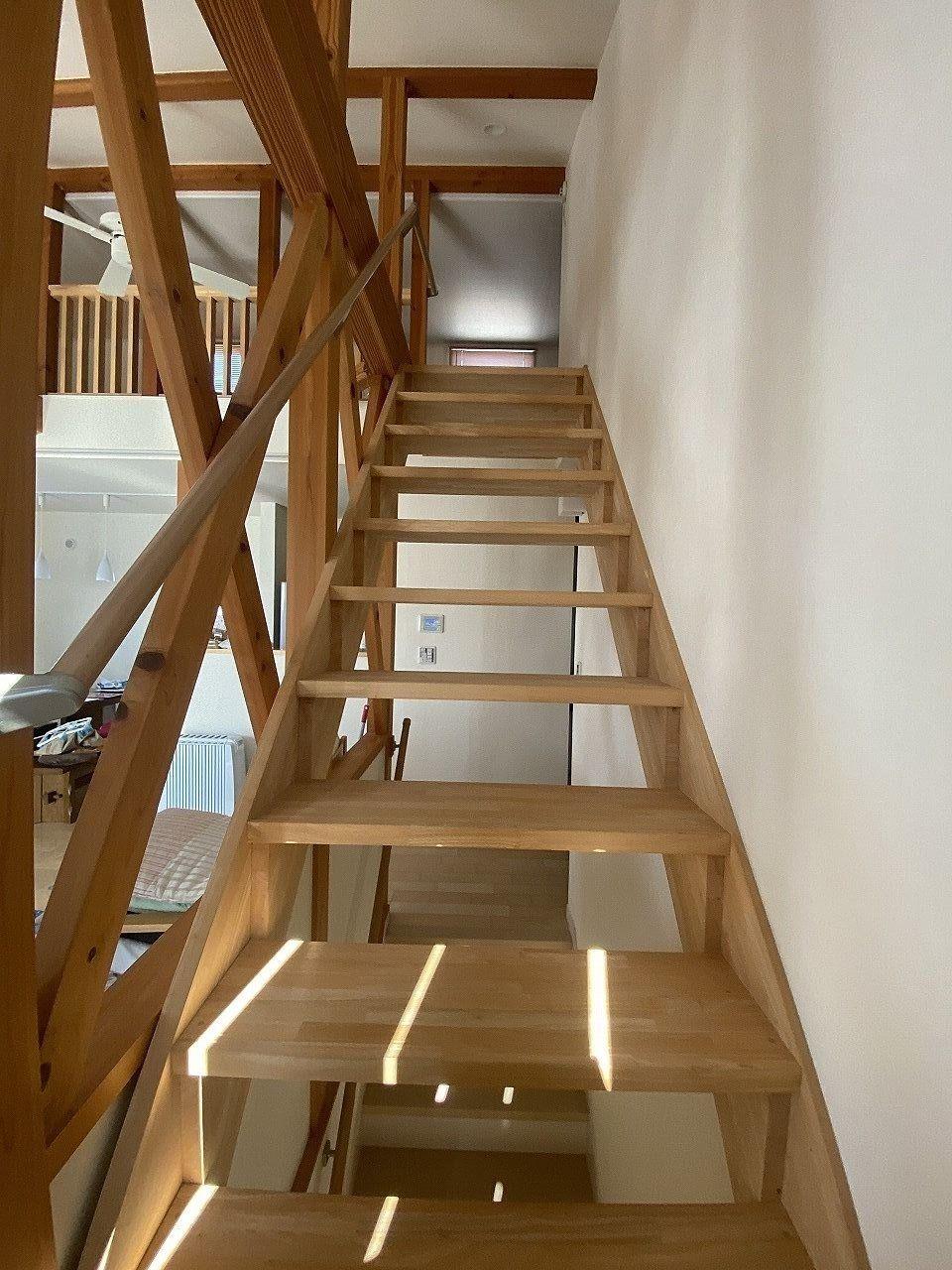 手すりも付いています。解放感のある階段です。