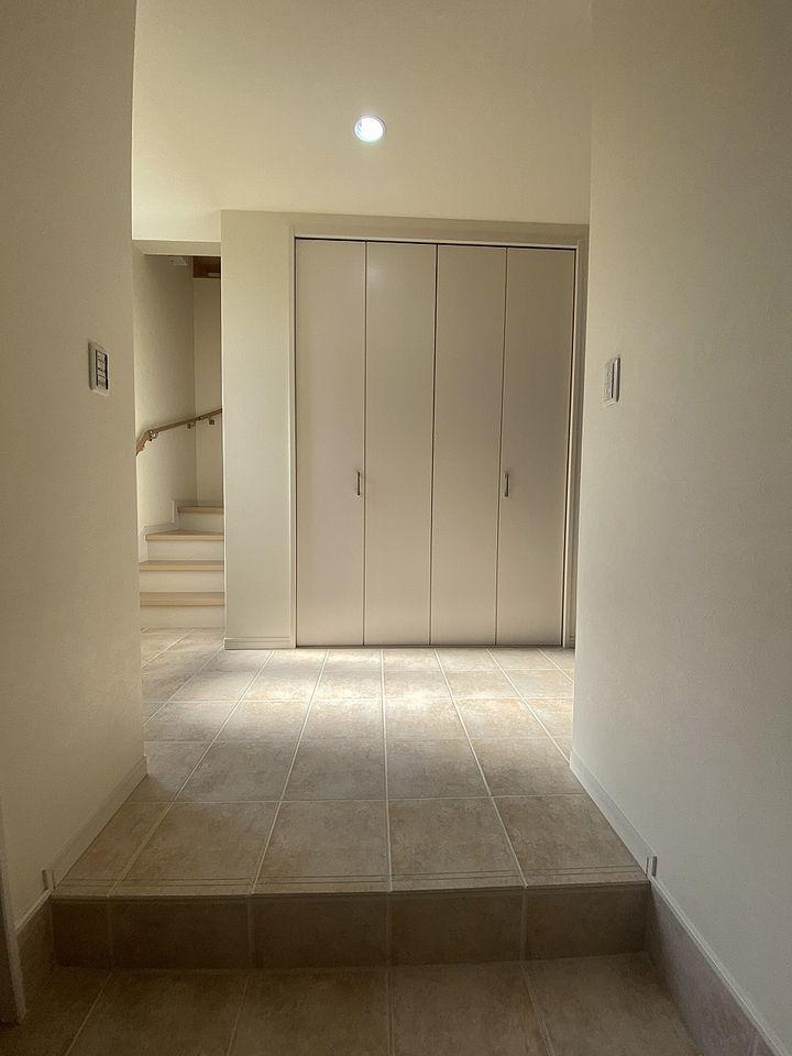 ホール前のクローゼットも大きく、掃除機等の収納ができます。