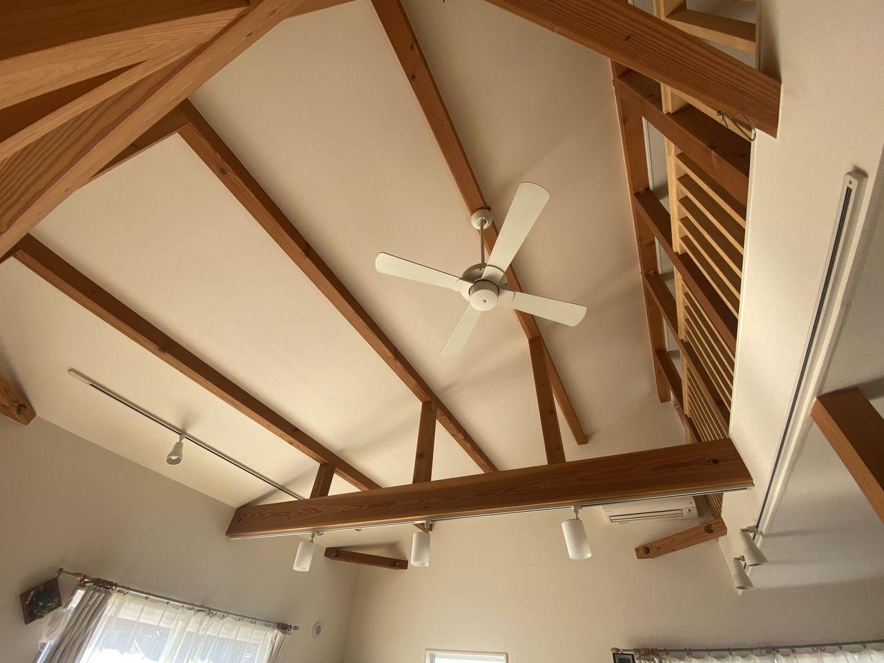 天井が高く開放感が感じられます。化粧小屋梁が暖かみのあるお洒落な空間を演出してくれます。