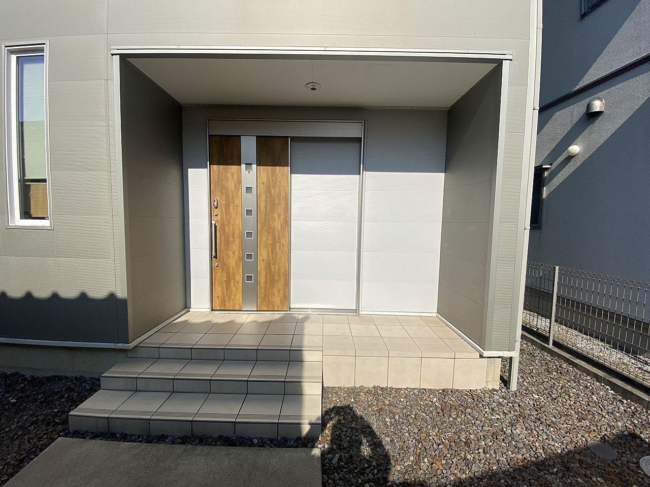 広い玄関入口です。引戸は非常に使い勝手が良いです。