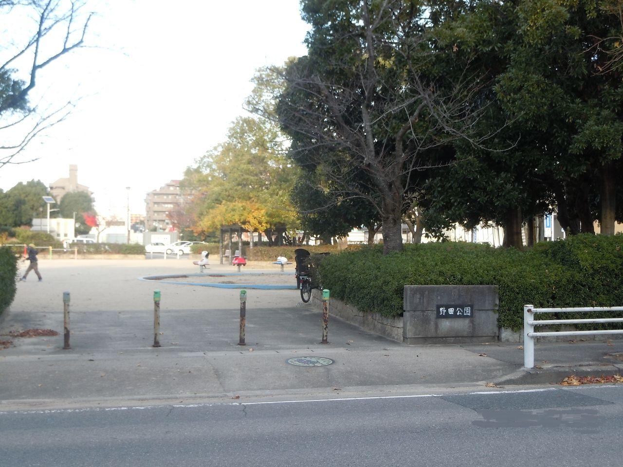 野田公園の中にはグラウンドがあり、軟式野球、ソフトボールなどが利用できます。ナイター施設(1面)があります。ナイター料金令和3年10月1日利用分より、1,700円に変更になります。駐車場あり(30台)