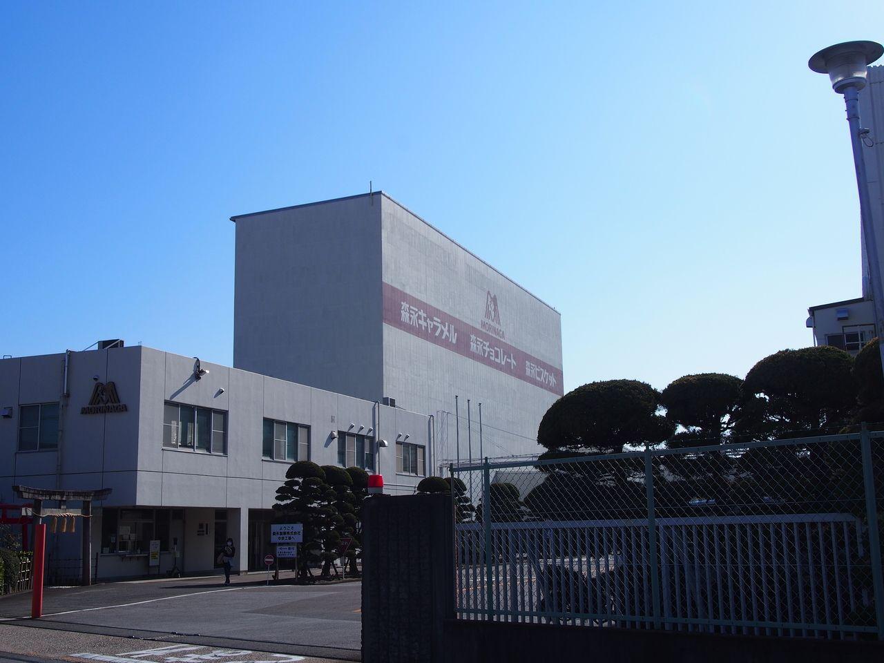 約200m 工場見学が人気!(現在休止)敷地内に神社がある。