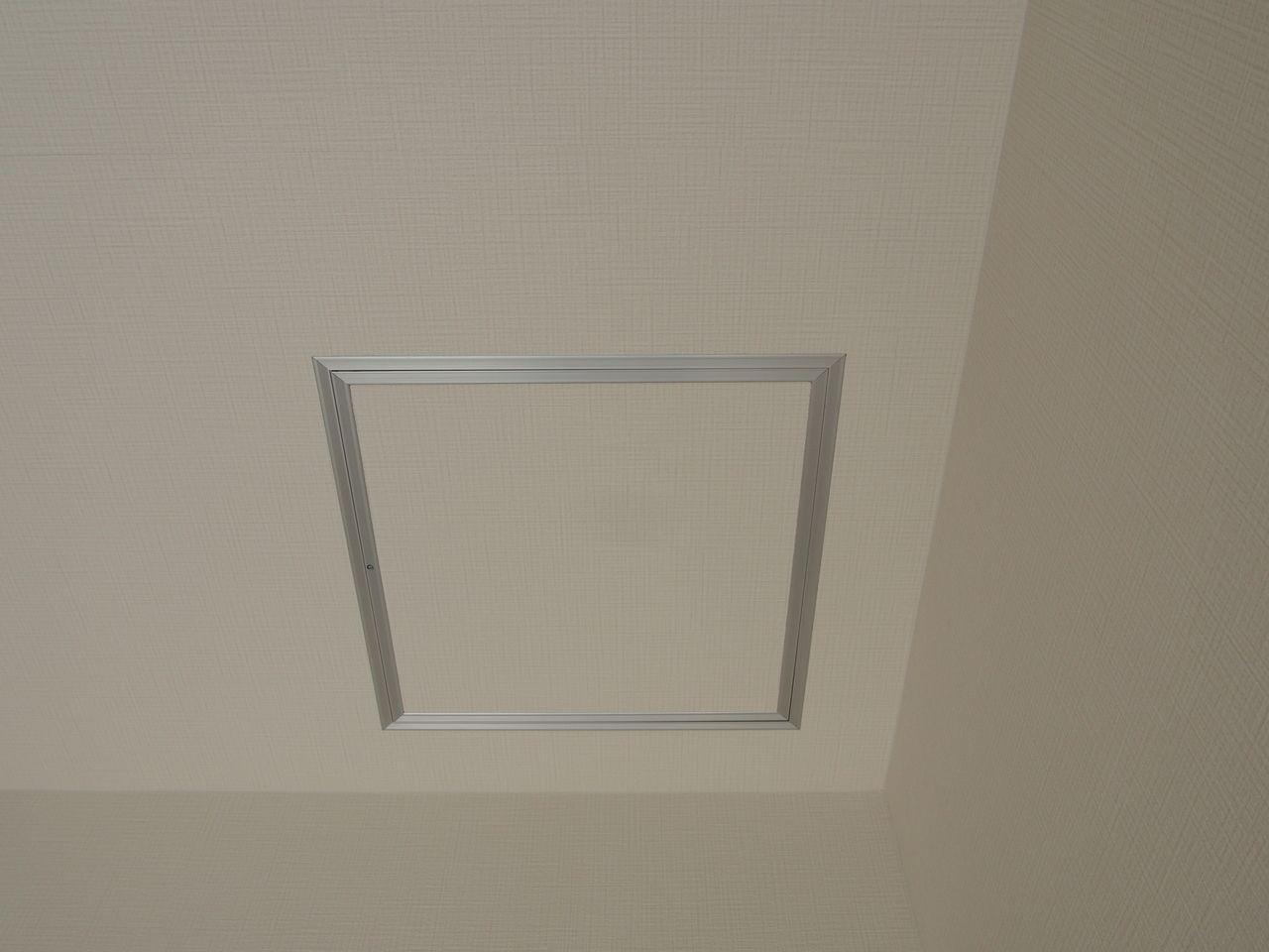 小屋裏とは屋根の下面のスペースで室内側から言えば天井の上側のスペースのことです。 柱や梁以外にも構造部を留める金物をチェックしたり、断熱材の有無や状態をチェックしたりできます。そして、水染みの痕がないかどうかチェックできることもメリットです。