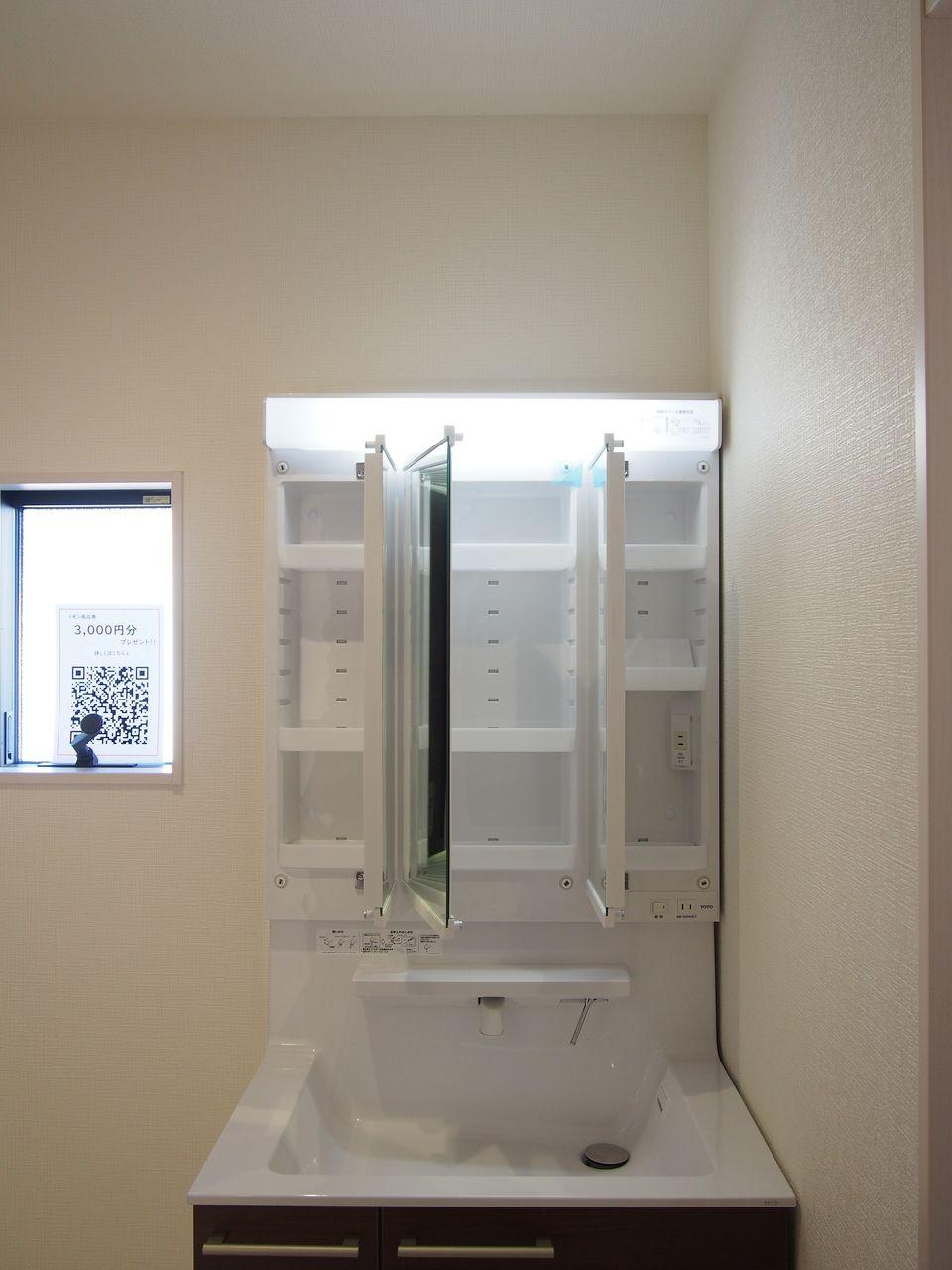 3面鏡はミラーが3つに分かれて付いており、裏面が収納となっています。洗面廻りの小物がミラー裏にすっきり収納できるので、洗面台まわりのゴチャゴチャを解消できます。
