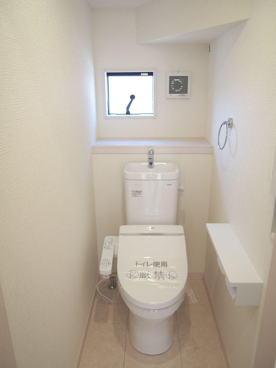 汚れがたまりやすい便器のフチ裏をなくしました。手前から奥までぐるりとフチをなくして、汚れが見えにくかった死角もありません。便器のフチを握るようにして、シートでサッとふくだけでトイレ掃除できます。
