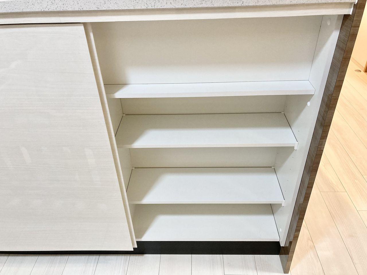 ダイニング側のキッチンカウンター下部のスペースを有効活用し、食器などの収納に便利な扉付の収納棚が設置されています。ダイニング側から出し入れでき、キッチン用品以外に、子供の学習用具や利用頻度の高い生活用品などの収納に便利です。