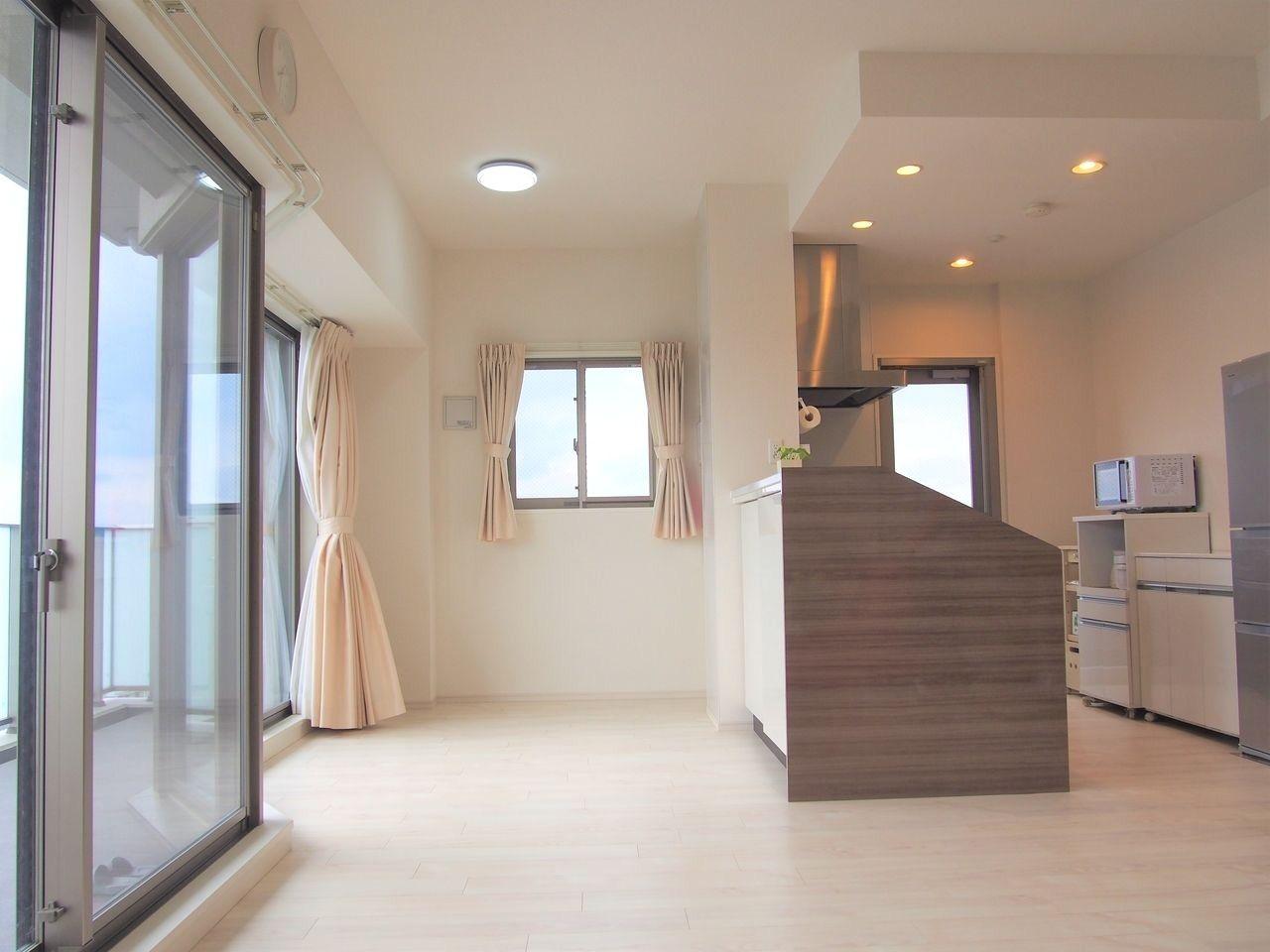 角部屋なので、側面に窓を設置することができ、さわやかな風と光がリビングに降り注ぎます。キッチンからの眺望もGOOD◎リビングの天井高は2700㎜