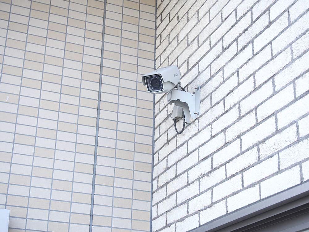 ゴミ置場の上の防犯カメラ。他にもエントランス・エレベーター、駐車場、駐輪場にも設置されています。