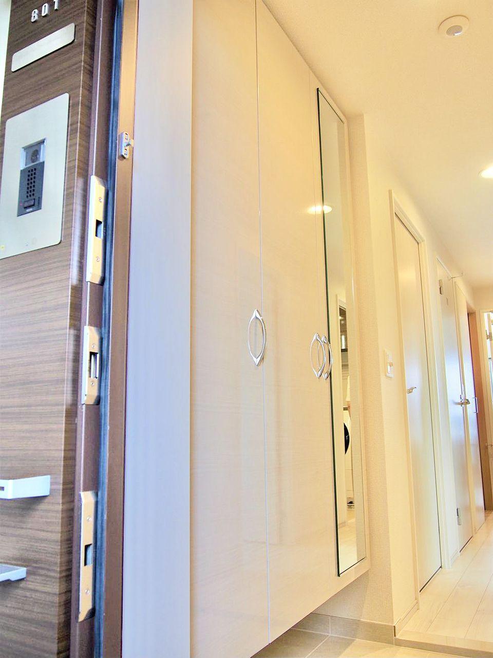 大容量で、可動式の収納は扉の裏側に傘立てやスリッパラックが付いてるので、玄関がスッキリ片付きます。さらにベビーカーの収納も可能です。