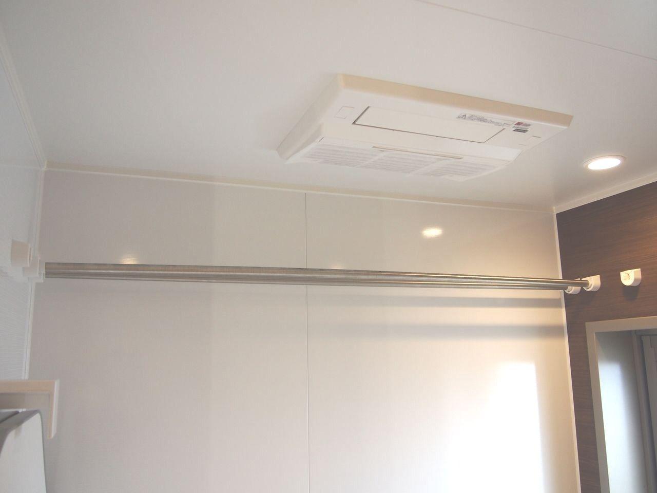 雨天の洗濯物の乾燥や急な温度変化によるヒートショックの防止にも役立つ浴室暖房乾燥機をビルトイン
