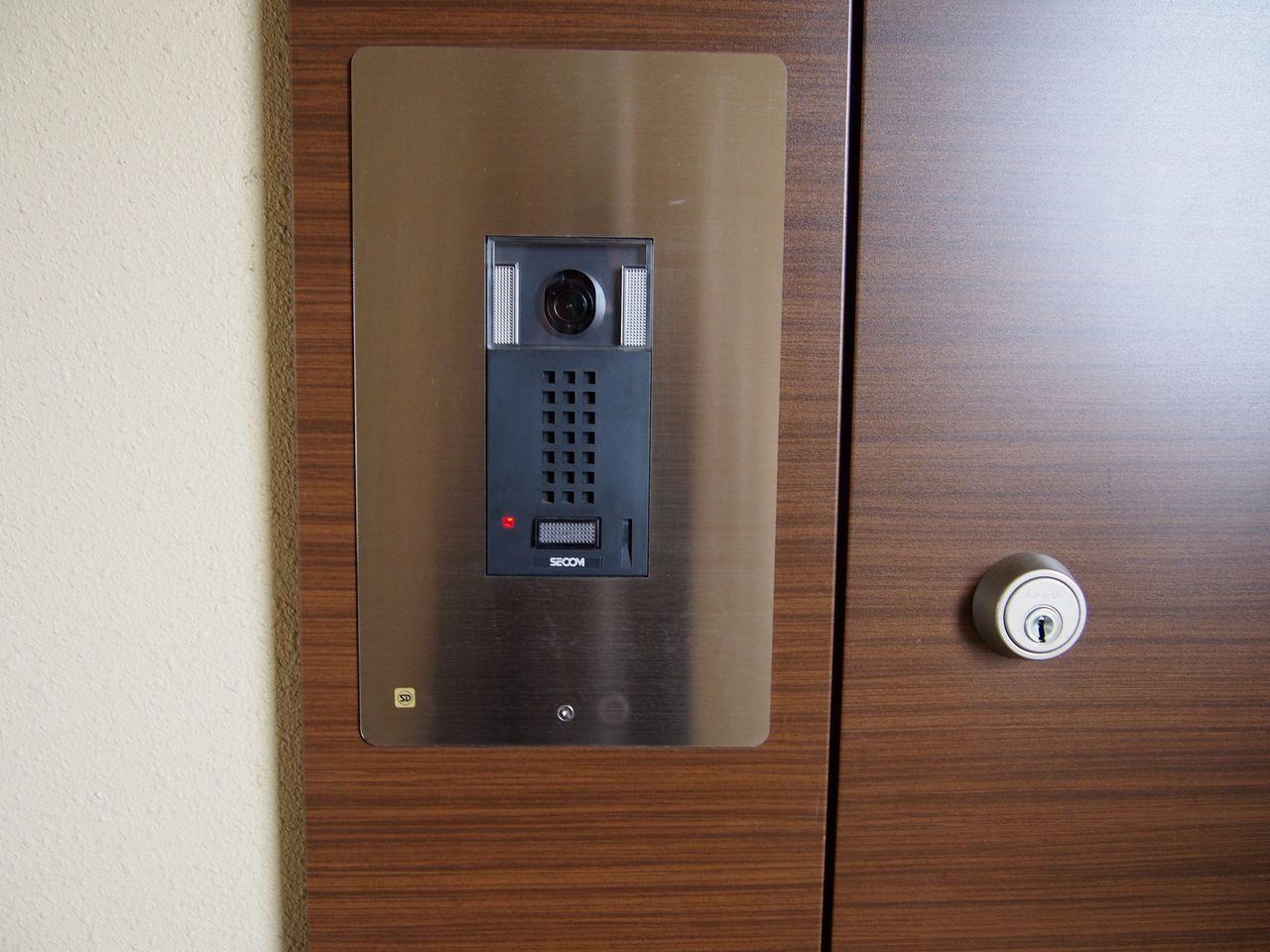 住戸玄関前でも再度映像と音声で、来訪者を確認できるのでより安心です。