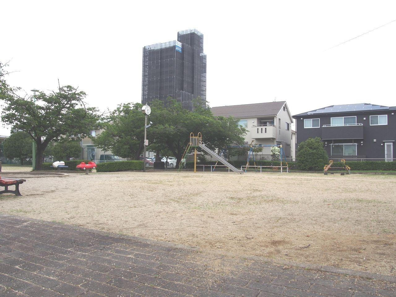 ジェイテクト体育館の東側にある池田公園は貯水池の役目を担っている公園です。球技ができる広場や遊具が揃っているため、幅広い年齢層が遊べます。防犯カメラあり。刈谷市は交差点や公園などに防犯カメラを積極的に導入して犯罪を抑止し、町の安全性向上の成果を上げています