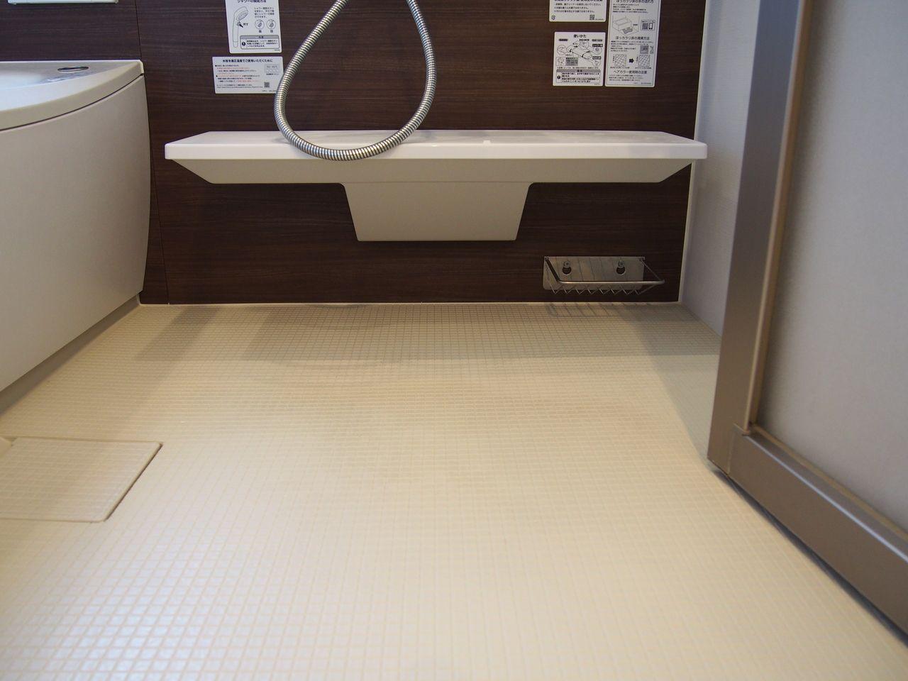 お掃除ラクラクほっカラリ床は床の内側に2つの層で冷気をシャットアウトする、W断熱構造クッション層を持っています。そのクッション層が畳のようなやわらかさを実現。同時に断熱材の役割も果たすので冬場の一歩目もヒヤっとしません。滑りにくく、乾きやすいのでお掃除も楽々!