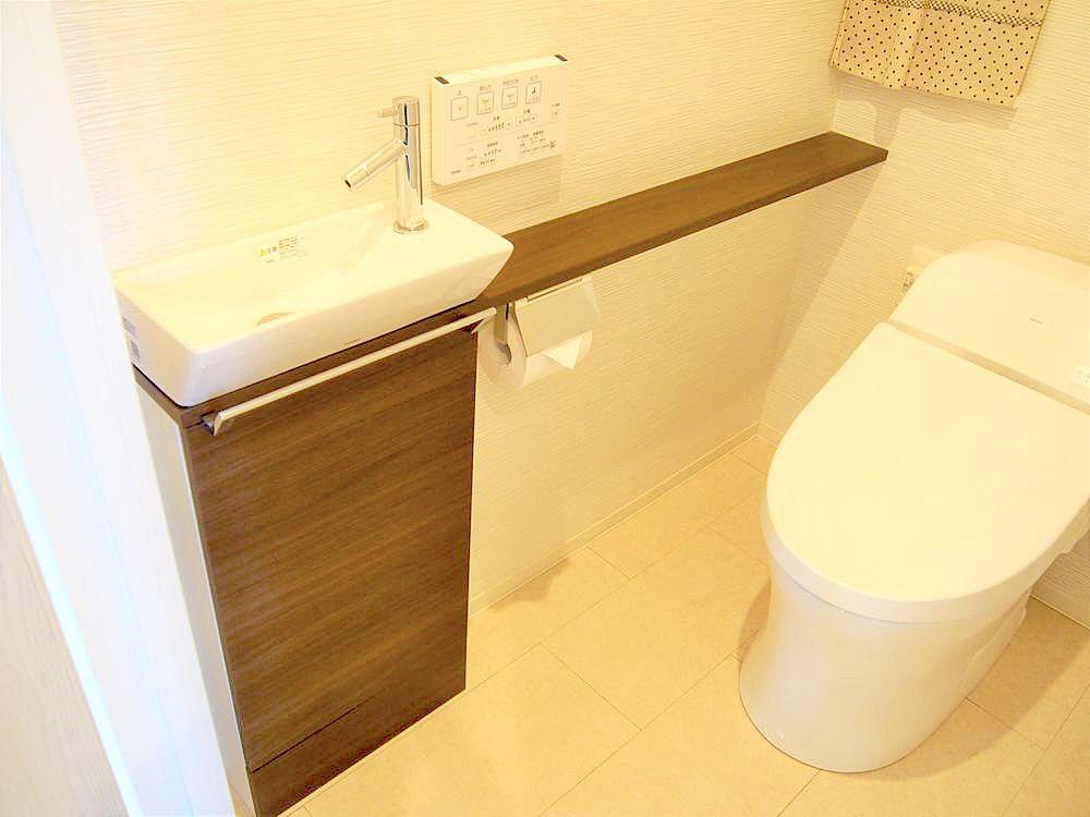 カウンターにお気に入りの小物などを置いて、トイレ空間を自分好みに演出できます。
