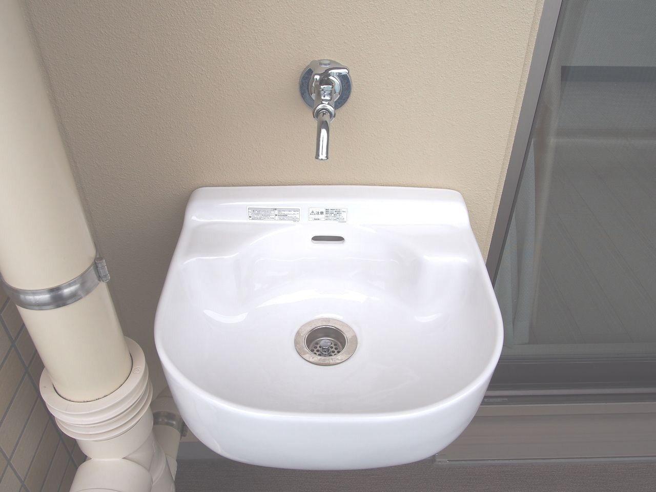 バルコニーの清掃やガーデニングの水やり、窓掃除をしたときの汚れや靴など汚れがひどいとき、洗面所や浴室を使用することなく洗い流すことができます。