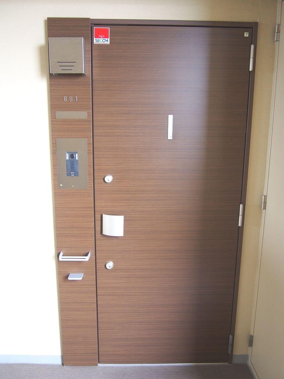 耐震玄関ドア枠は、地震による枠の変形を防ぎ室内への閉じ込めを防ぎます。