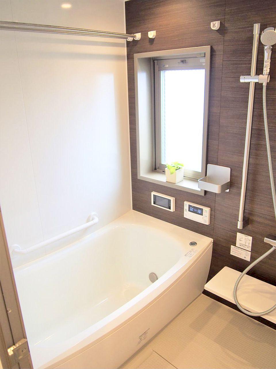 TOTOのオートバスバスルーム。 浴室全体を断熱材で包みこんだ魔法びん浴槽は4時間後の温度低下は僅か2.5℃、快適な温度を維持してくれる省エネ効果に優れています。