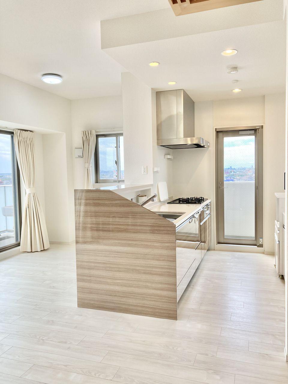 明るく開放的な勝手口付の対面式キッチンです。高機能キッチンシステムを導入しているので、調理の効率化はもとより、お手入れもしやすく家事負担を軽減してくれます。