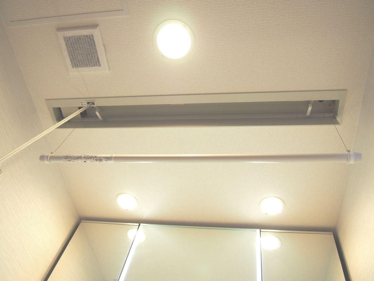 洗濯物の一時保管や雨の日の室内干しに重宝します。昇降式なので、使わない時はすっきりと天井壁内に納まります。