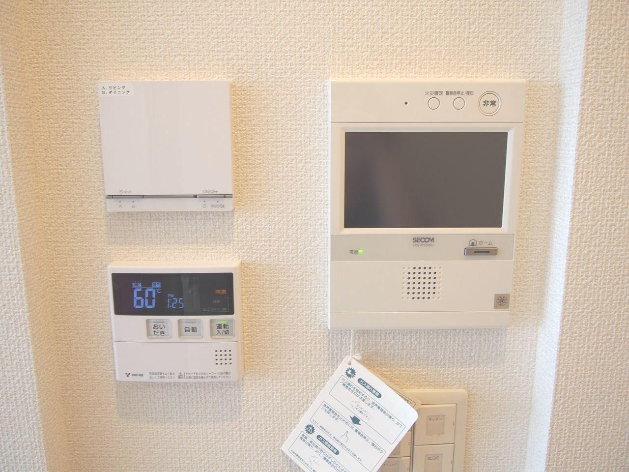 カラーモニターTVドアホン・床暖房リモコン・給湯器リモコンを壁の中にすっきりとビルトイン