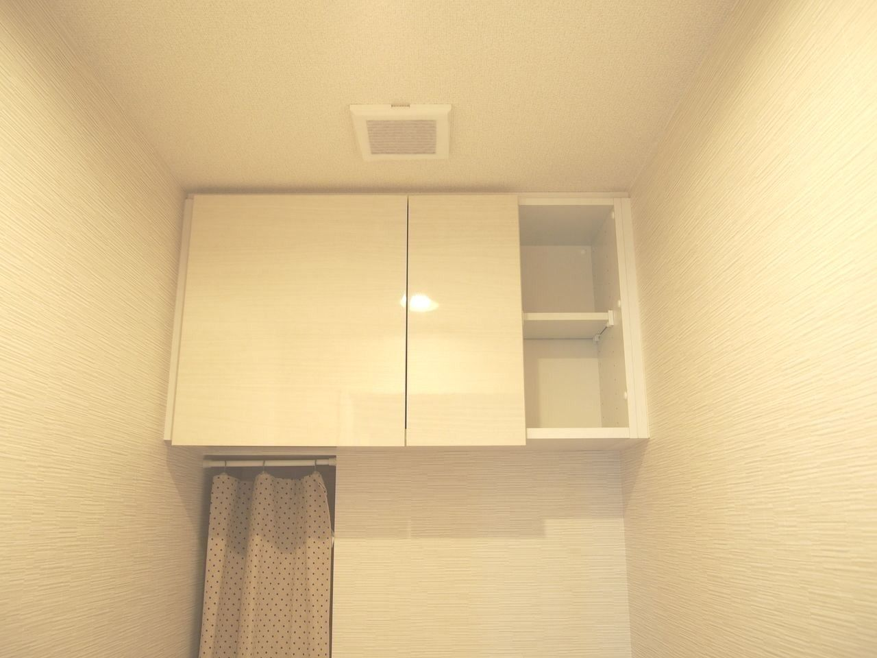 トイレットペーパーや生理用品などのストックが収納できます。