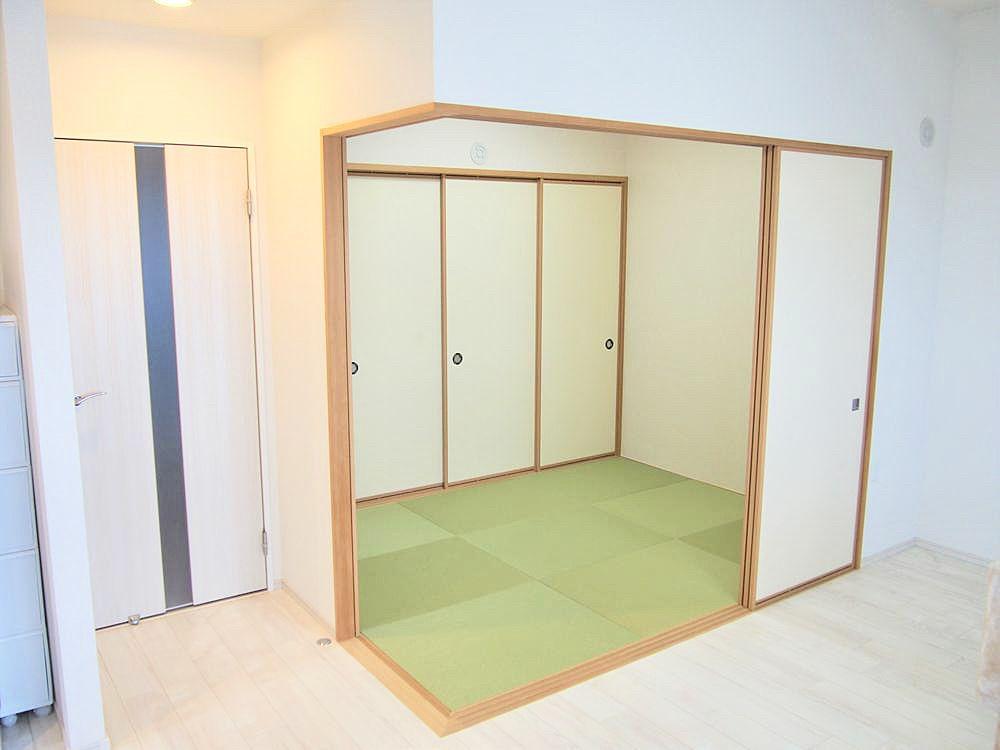 個室としても、リビングの続き間として使用でき便利です。小さいなお子様のお昼寝させておいても、リビングやキッチンから見えるので安心です。和室の天井高2700㎜
