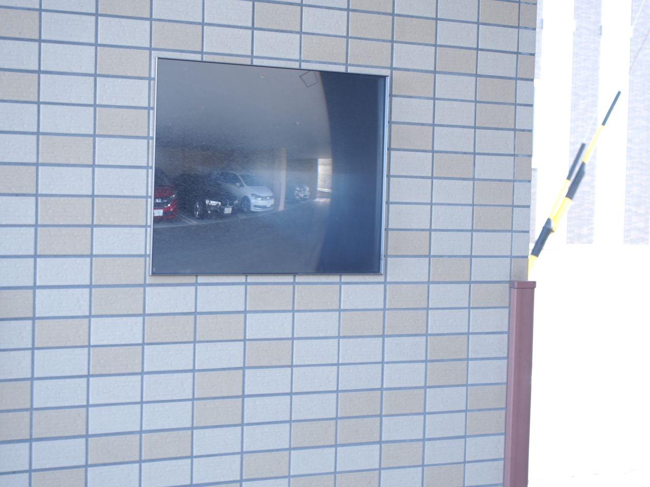 ミラーが設置されており、車庫入れ時に便利