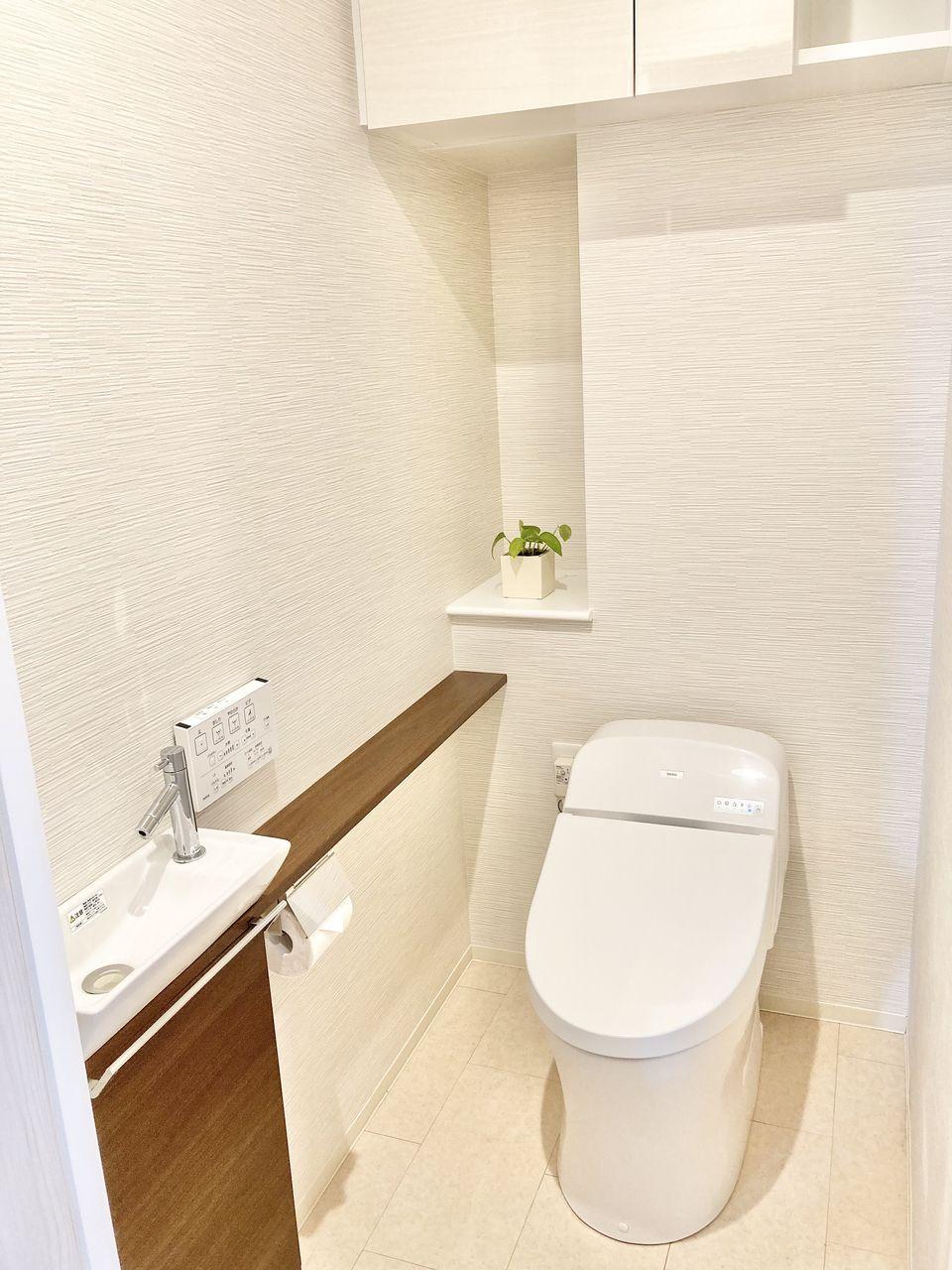 TOTOの超節水トイレは、従来品に比べて約71%にも節水。水道代も年間約14,200円お得。汚れがたまりやすいフチ裏をなくしたTOTO独自の便器形状が進化。手前から奥までぐるりとフチをなくして、汚れが見えにくかった死角もありません。便器のフチを握るようにして、シートでサッとふくだけでトイレ掃除できます。