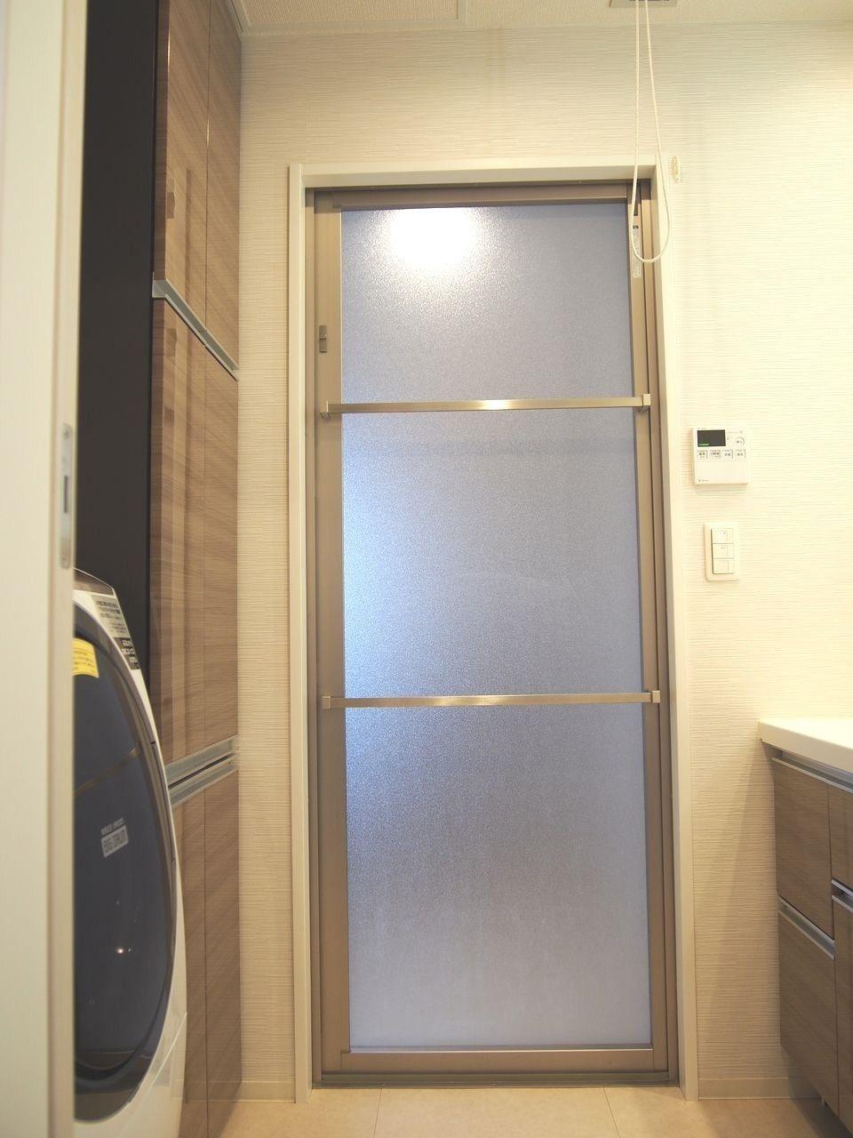 カビが発生しやすいドア縁のパッキンを排除し、換気口をドア上部に配置して汚れを付きにくくしたスッキリドア