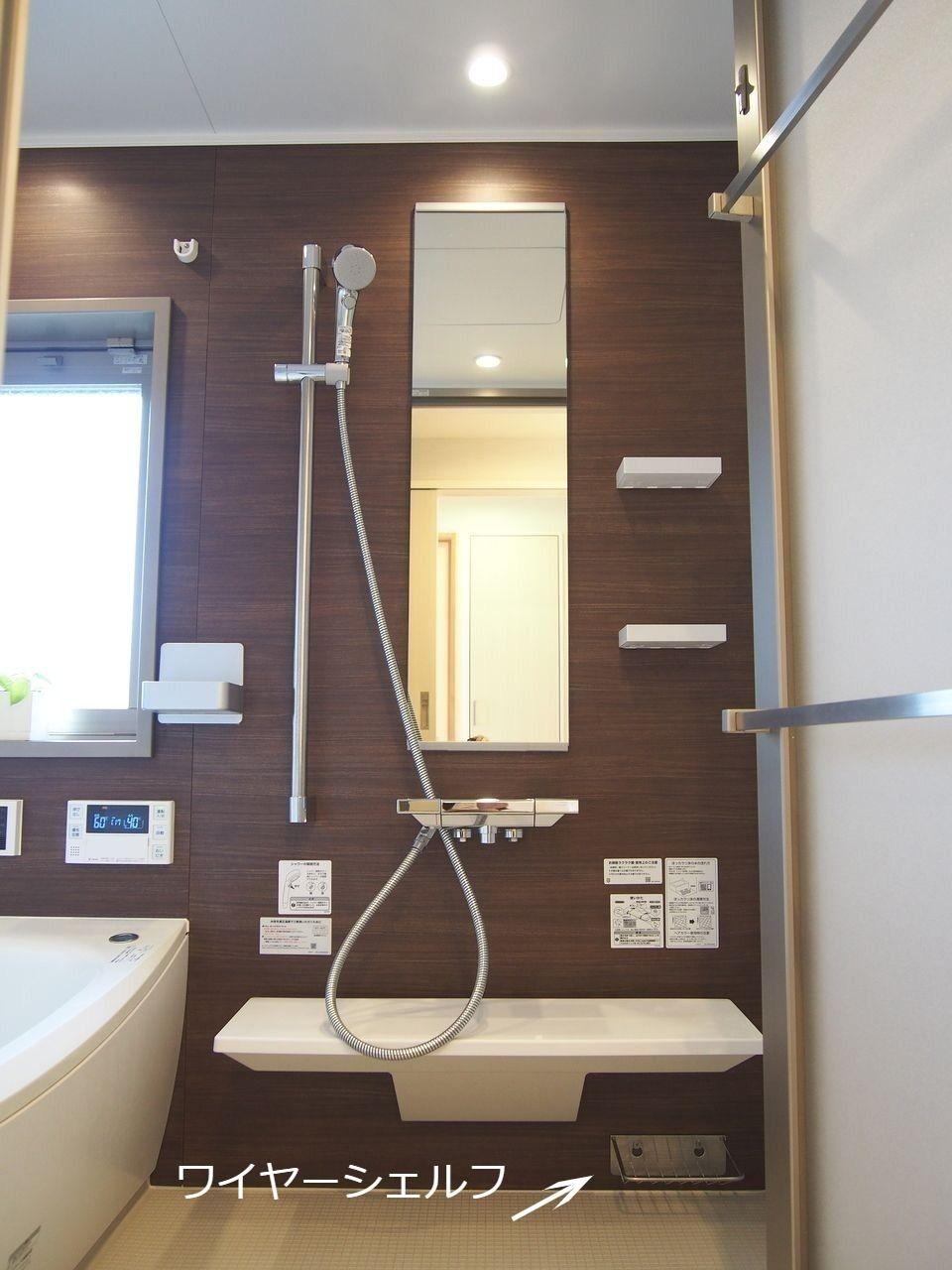 炭素の膜で水垢がこびり付きを防ぐ鏡とお掃除がしやすいカウンターです。カウンター下のワイヤーシェルフは、すっきり水切りもできるため、ブラシやスポンジ、石鹸などの保管に重宝します。