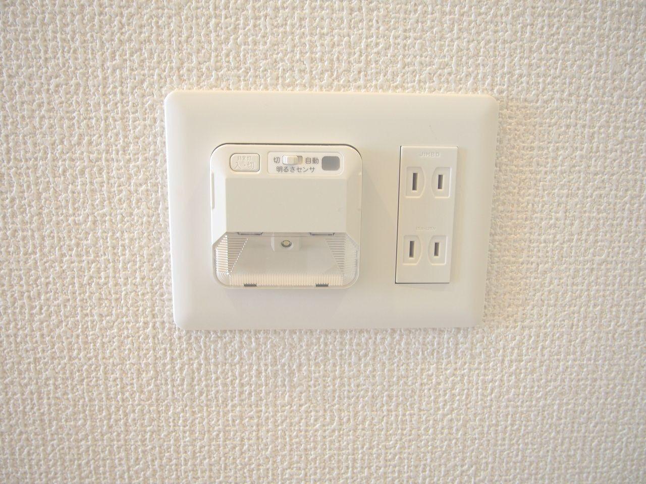 停電時に自動点灯し、廊下の足元を安全に照らします。取り外せば懐中電灯としても利用でき、万一の際に重宝します。