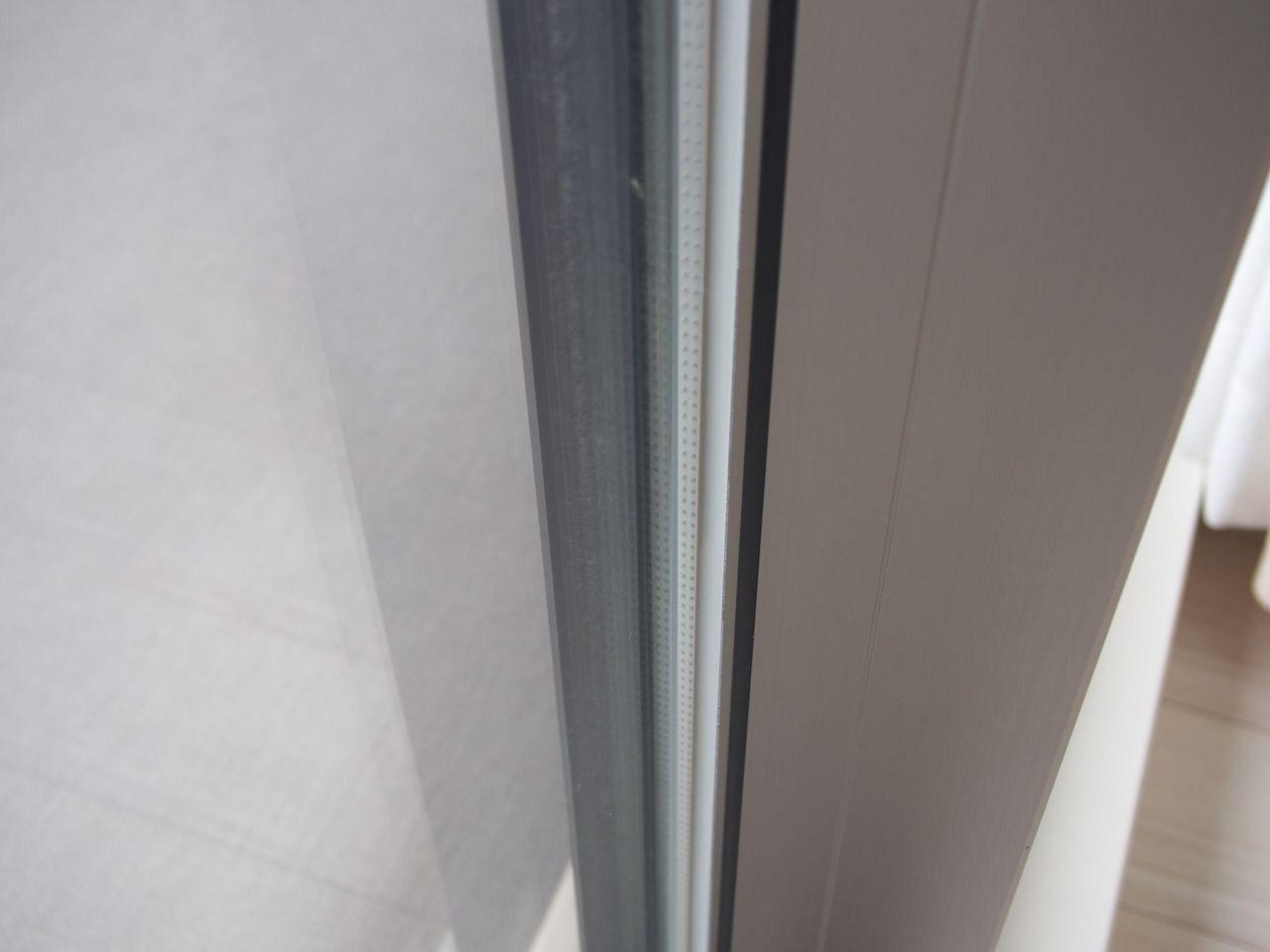 複層ガラスの室内側ガラスをLow-E金属膜でコーティング。断熱性を高めています。 しっかり断熱しながらも太陽の暖かさを採り込んでお部屋を暖かく保ちます。