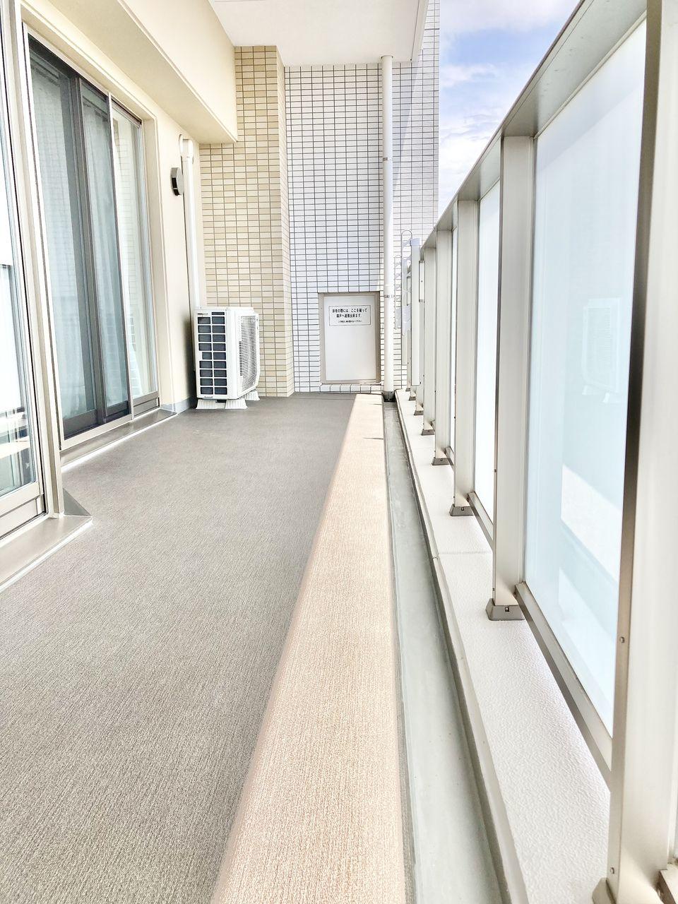 奥行き1.9m 動きやすさは、幅よりも奥行きがポイントです、奥行きが1.9mあると大量の洗濯物や大きな布団なども干しやすくなりますし、テーブルやイスを置くことも可能です。