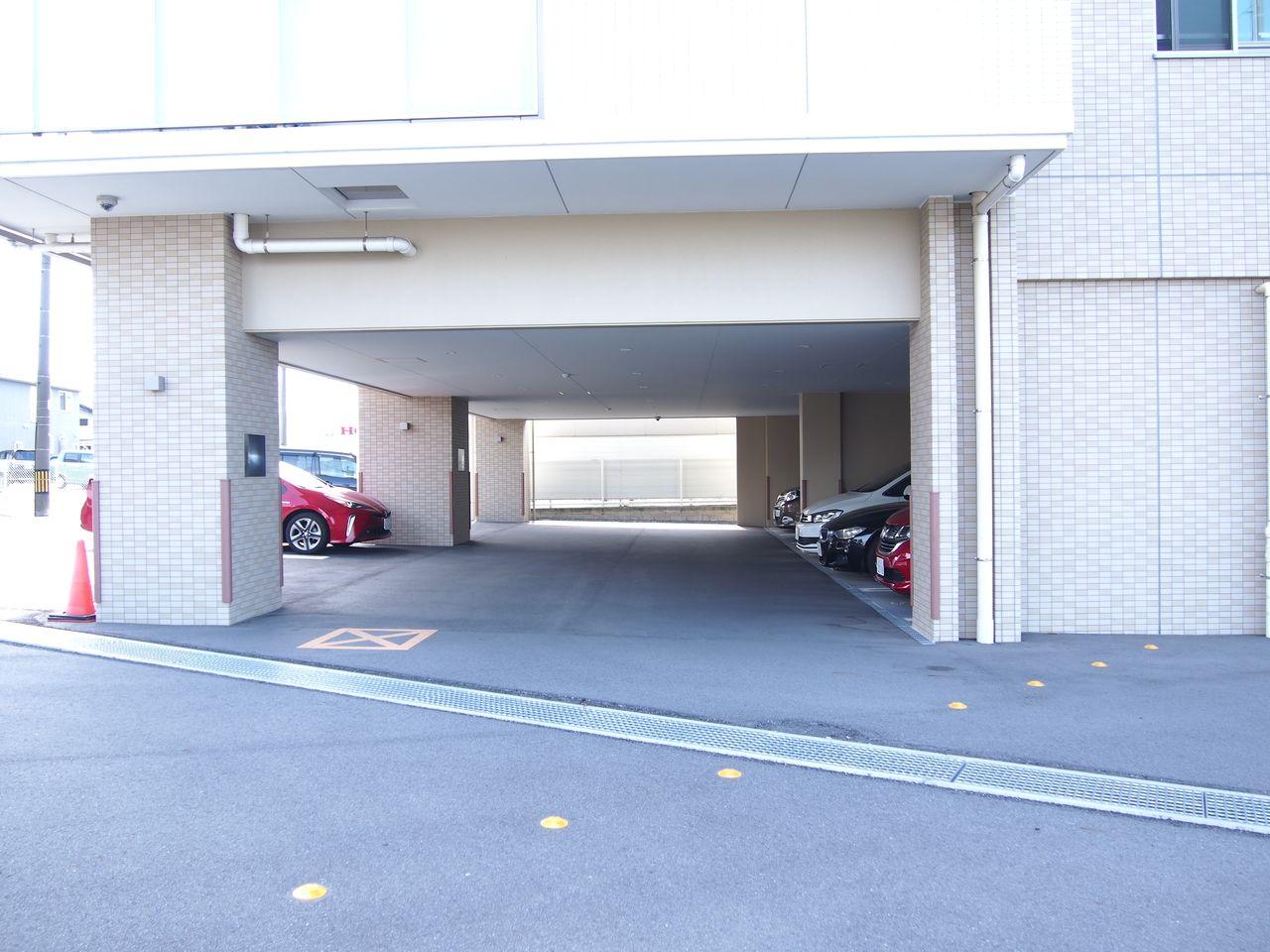 すべて平面駐車場。敷地内16台内あります。そのうち5台は屋根付きです。2台目は近隣駐車場に空きがあります。