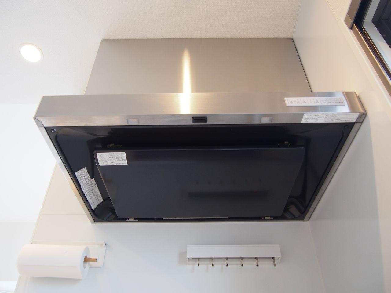清流版にホーローを採用したレンジフード。油汚れなどがつきにくく、日々のお手入れはフラットな整流板を拭くだけでよくお手入れが簡単です。キッチンパネルもホーローです。ホーローは、マグネットが付くので、キッチンの壁一面にマグネット収納ができます。マグネットなら、取り付けや取り外しが簡単。壁に穴を開けなくて良いのも嬉しいポイント。油汚れが落ちるから、油性ペンも水拭きでキレイに。油ハネや水ハネで汚れやすい場所だからこそ、拭き掃除が楽なのはうれしい!