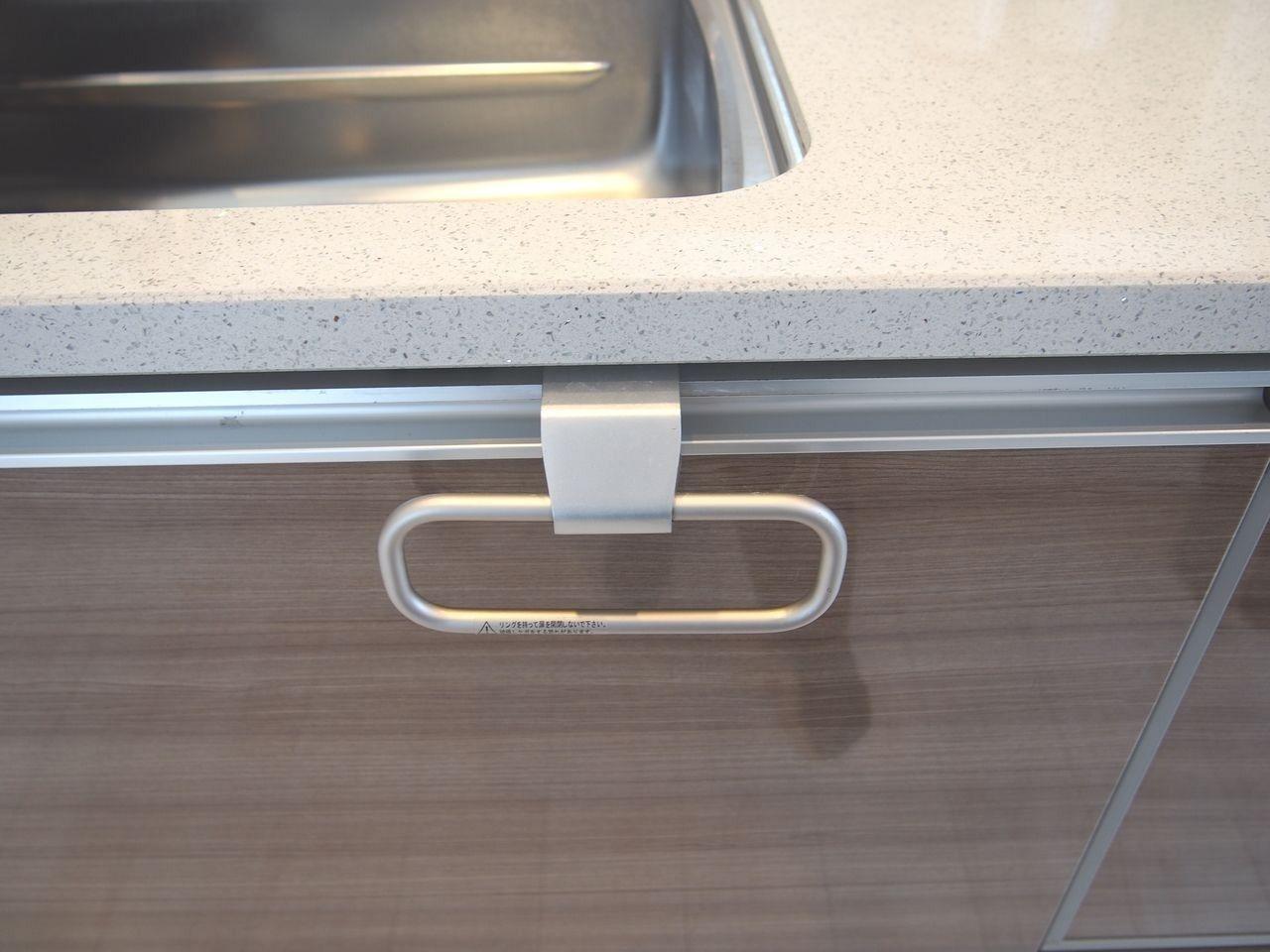 料理の最中は頻繁に手を拭くので、シンク近くにタオルがかけれると便利です。